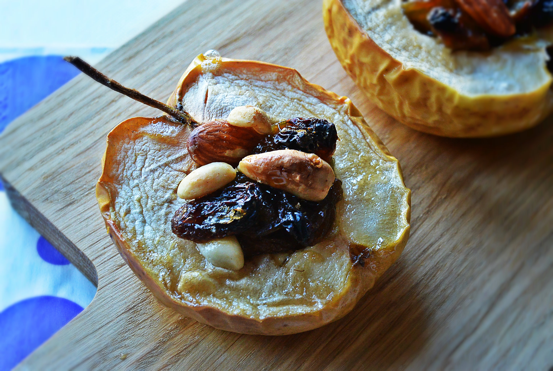 Przepis na pieczone jabłka z orzechami i rodzynkami